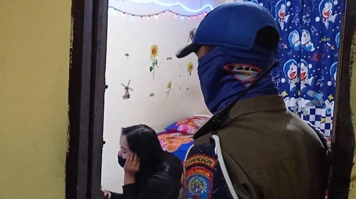 Petugas patroli tahun baru 2021 di Tarakan, Kalimantan Utara saat memperingati PSK untuk menutup pintu kamar hotel. ( TRIBUNKALTARA.COM / RISNAWATI )