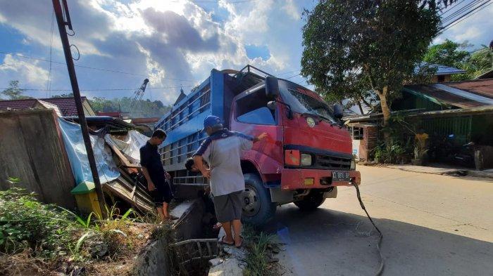 Tak Kuat Menanjak, Truk Muatan Pupuk di Samarinda Terbalik, Rumah Warga Hancur, Ada Korban Jiwa?