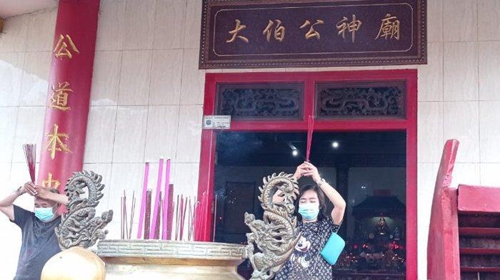 Umat Khonghucu di Tarakan saat melakukan ibadah di Klenteng Toa Pek Kong Tarakan. (TribunKaltara.com / Risnawati)
