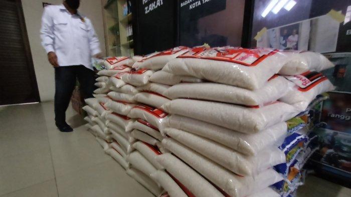 Baznas Kota Tarakan saat menerima bantuan paket sembako untuk didistribusikan kepada warga yang menjalani isolasi mandiri.