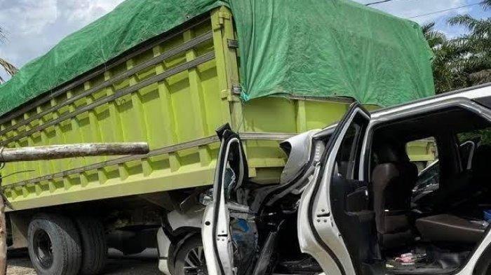 Sesaat insiden tabrakkan mobil yang ditumpangi Mahyudin Wakil Ketua DPD RI di jalan Samarinda - Bontang, Sabtu (5/12/2020). TRIBUNKALTARA.COM / ISMAIL USMAN