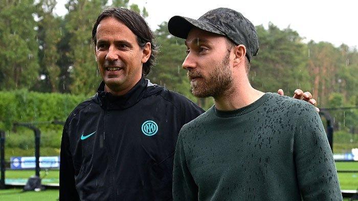 Simone Inzaghi menyambut Christian Eriksen yang hadir di sesi latihan Inter Milan jelang Liga Italia Serie A bergulir, Rabu (4/8/2021). (inter.it)