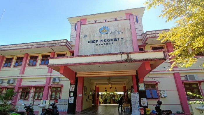 Aktivitas di salah satu SMP  Kota Tarakan menuju PTM. Belum ada terpasang pengumuman PPDB.