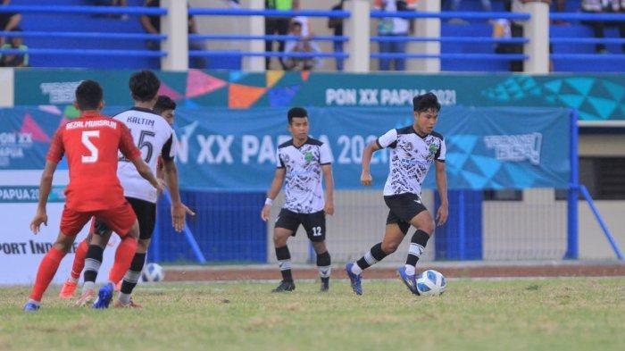 Suasana pertandingan Tim Sepak Bola Kaltim melawan Aceh, di di Stadion Barnabas Youwe, Kota Jayapur, Papua, Senin (4/10/2021). TRIBUNKALTARA.COM/MUHAMMAD RIDUAN