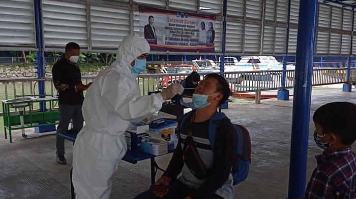 Petugas Puskesmas Nunukan melakukan swab Antigen kepada salah satu penumpang asal pelabuhan Tarakan yang tidak memiliki surat keterangan rapid Antigen di Pelabuhan Liem Hie Djung, Nunukan, Jumat (02/07/2021), siang.