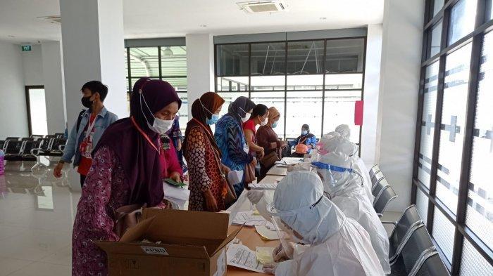 Pengambilan sampel PCR terhadap 161 PMI yang dideportasi dari Malaysia, di Pelabuhan Tunon Taka Nunukan, Rabu (01/09/2021), pukul 15.30 Wita