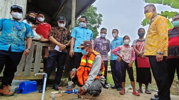 Wali Kota Tarakan dr Khairul secara simbolis melakukan pemasangan sambungan air bersih ke warga penerima program SRGP, di Tarakan, Kalimantan Utara Kamis (14/4/2021).