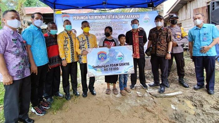 Wali Kota Tarakan dr Khairul foto bersama warga penerima program SRGP, di Tarakan, Kalimantan Utara Kamis (14/4/2021).