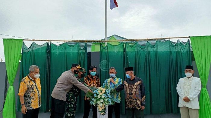 Wali Kota Tarakan dr.Khairul, MKes membuka selubung papan nama saat meresmikan Kantor MUI Kota Tarakan, Sabtu (10/4/2021).