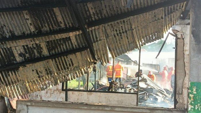 Tampak rumah milik Ahmad dan keluarga tersisa puing. Hingga pukul 16.45 WITA baru dilakukan proses pendinginan oleh Pemadam Kebakaran. TRIBUNKALTARA.COM/ ANDI PAUSIAH