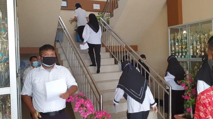 Peserta ujian masuk ruangan untuk mengikuti  Test CPNS PPPK Guru Kaltara SMA 1 Tanjung Selor.