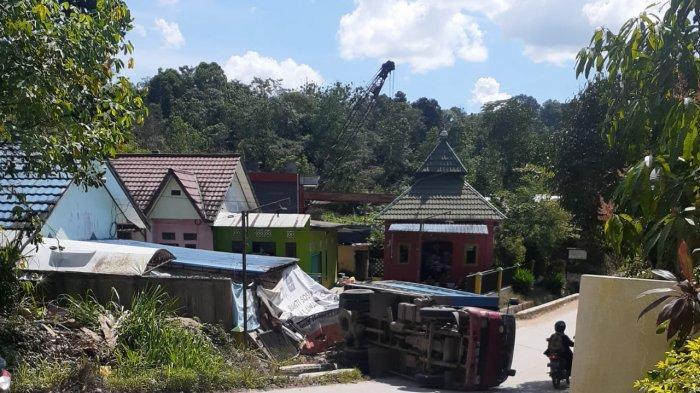 TRUK TAK KUAT MENANJAK - Sebuah truk Dyna berplat nomer KT 8618 BP muatan ratusan karung pupuk termundur diduga tak kuat menanjak di Jalan Mugirejo RT 14 Kelurahan Mugirejo Kecamatan Sungai Pinang Kota Samarinda Kalimantan Timur, Sabtu (19/6/2021)Akibatnya pagar perumahan warga rusak ditabrak truk, tak ada korban jiwa pada kejadian tersebut.(TribunKaltara.com/Nevrianto Hardi Prasetyo)
