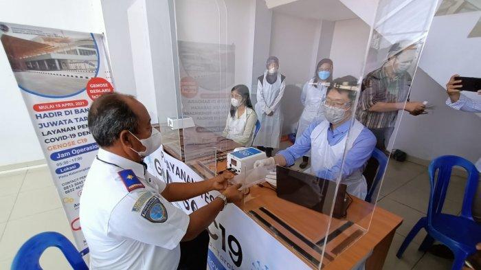 Uji coba GeNose G19 yang dilakukan langsung Kabandara Juwata Tarakan, Agus Priyanto, Senin (19/4). TRIBUNKALTARA.COM/ANDI PAUSIAH