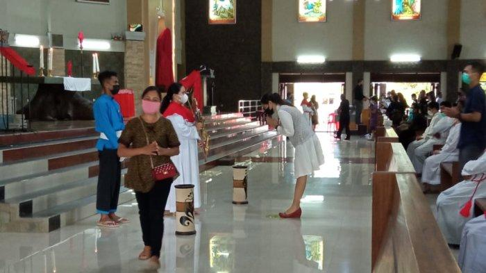 Umat Gereja Katedral St Maria Assumpta, Tanjung Selor membungkuk di hadapan salib, dalam ibadah Jumat Agung ( TRIBUNKALTARA.COM / MAULANA ILHAMI FAWDI )