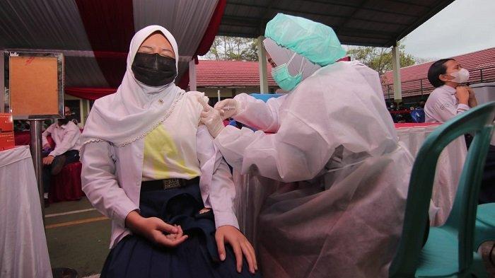 Sebanyak 2.000 pelajar SMP dan SMA di Kota Balikpapan, Kalimantan Timur mengikuti vaksinasi Covid-19 dosis pertama, Rabu (14/7/2021).