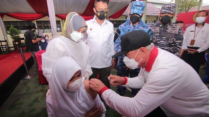 Spontan Gubernur Kaltim Isran Noor Suntikan Vaksin Covid-19 ke Pelajar: Saya Memang Tukang Suntik