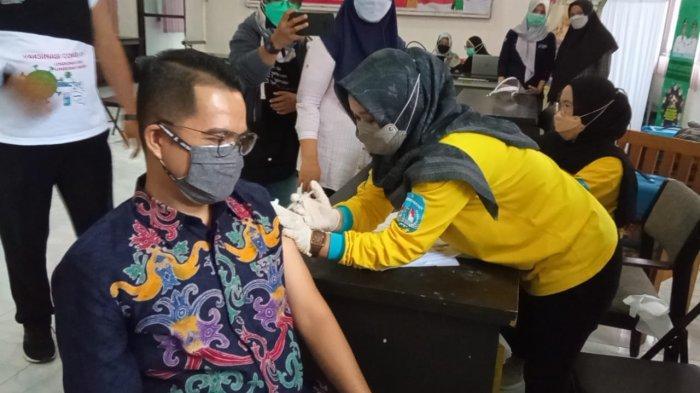 Kepala Dinkes Bulungan Imam Sujono dan Jubir Satgas Covid-19 Kaltara Agust Suwandy saat menerima suntikan vaksin Moderna di Aula Gedung Dinkes Bulungan, Jumat (6/8/2021)