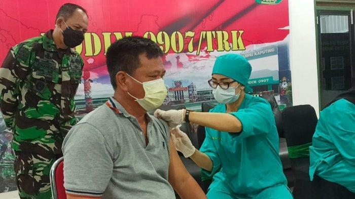Dandim 0907 Tarakan, Letkol Infanteri Eko Antoni Chandra Lestianto saat memantau pelaksanan vaksinasi untuk lansia.
