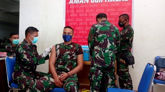 Personel TNI Kodim 0910 Malinau saat menerima vaksinasi Covid-19 dalam acara serbuan Vaksinasi Covid-19 di Stadion Utama Malinau Kota, Kabupaten Malinau, Provinsi Kalimantan Utara, beberapa waktu lalu