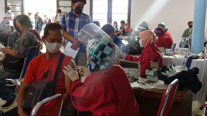 Vaksinasi Covid-19 di Balai Pertemuan Umum Malinau Kota, Kabupaten Malinau, Provinsi Kalimantan Utara, Rabu (30/6/2021).