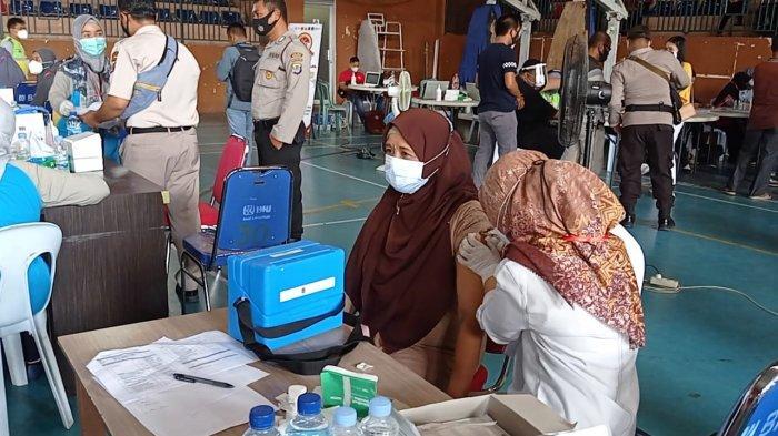 Seorang ibu peserta vaksinasi massal di GOR Dwikora Nunukan, Sabtu (26/06/2021), pagi.