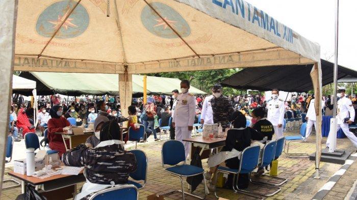 Kegiatan vaksinasi massal bagi masyarakat Pantai Amal di Kota Tarakan dilaksanakan di Mako Yonmarharlan XIII Tarakan.