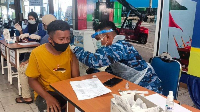 Aktivitas vaksinasi anggota TKBM di Pelabuhan Malundung Pelindo IV Tarakan, Minggu (27/6/2021)