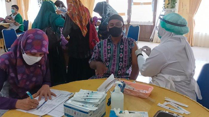 Aktivitas vaksinasi guru di Ruang Serbaguna Pemkot Tarakan.