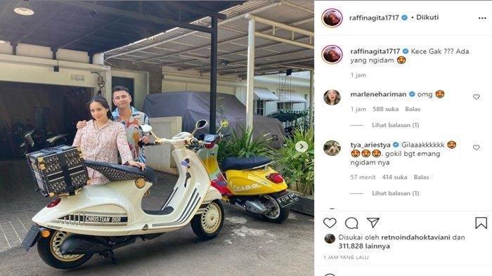 Postingan di Instagram @Raffinagita1717, Nagita Slavina baru saja mendapatkan hadiah motor Vespa 946 Christian Dior.