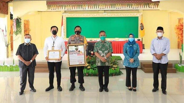 Wali Kota Tarakan dr. Khairul, M.Kes memberikan penghargaan kepada Polres Tarakan atas kontribusi membantu menangani Covid-19. HO/HUMAS PEMKOT TARAKAN
