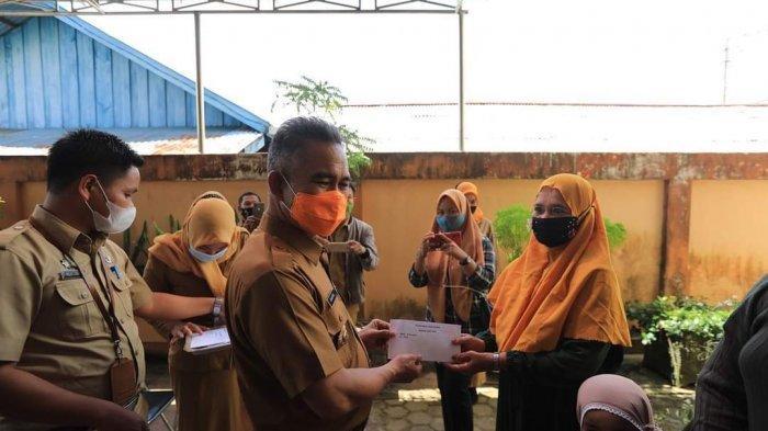 Wali Kota Tarakan dr H. Khairul, MKes, pada Senin (26/4/2021) siang, menyerahkan bantuan bagi para korban kebakaran yang terjadi di RT 13 Kelurahan Selumit Pantai, Tarakan.