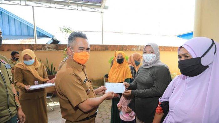 Wali Kota Tarakan dr H. Khairul, MKes, pada Senin (26/4/2021)  menyerahkan bantuan kepada 7 KK korban kebakaran yang terjadi di RT 13 Kelurahan Selumit Pantai, Tarakan.