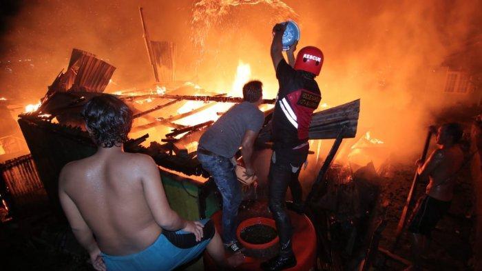 Warga saat berusaha memadamkan kobaran api. Kebakaran melahap sedikitnya 4 RT di kawasan Jalan Letjend Suprapto, Kelurahan Baru Ulu, Balikpapan Barat. ( TRIBUNKALTARA.COM / DWI ARDIANTO )