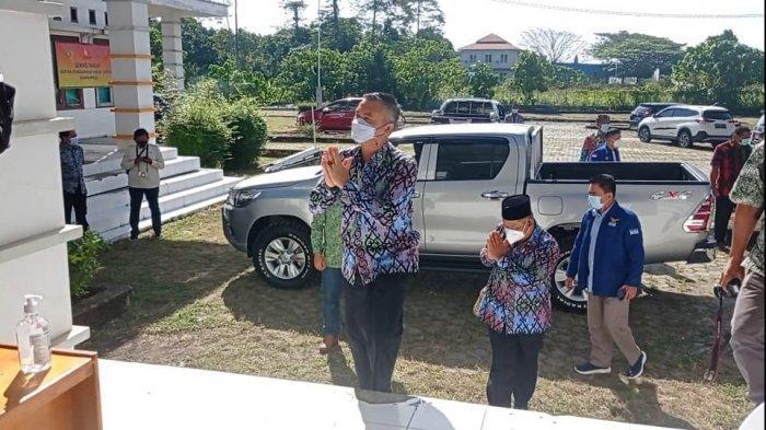 Penetapan Bupati Malinau Terpilih, Wempi-Jakaria Tiba di Lokasi Rapat Pleno, Kenakan Batik Seragam