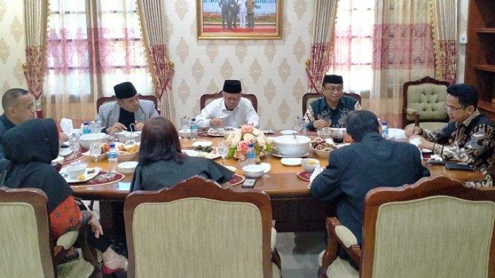 Setelah wisuda, Walikota Balikpapan berkenan menerima Dirjen Dikti, Kepala LL DIKTI, Pembina Yayasan Uniba dan Rektor Uniba di Rujab Walikota.