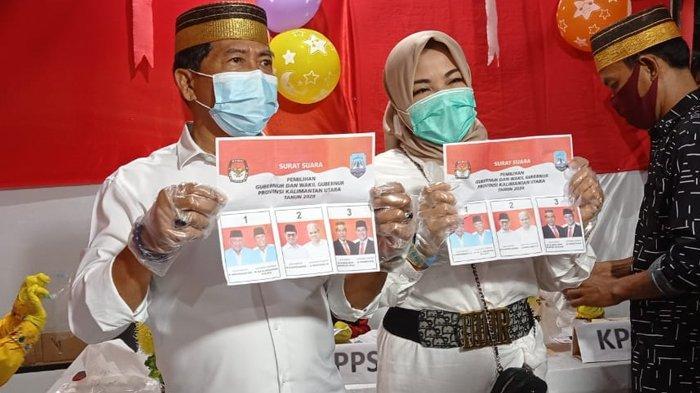 Zainal Arifin Paliwang bersama istri, Rachmawati saat berada di TPS 13 Kelurahan Karang Rejo, Tarakan Barat, Kota Tarakan, Kalimantan Utara, Rabu (9/12/20) ( TRIBUNKALTARA.COM / RISNAWATI )