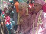 abah-sarna-dan-noni-saat-menjalni-prosesi-pernikahan-011120.jpg