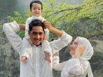 arya-saloka-bersama-istri-dan-anaknya.jpg