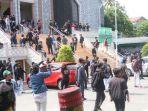 ilustrasi-para-demonstran-yang-masuk-berlindung-di-dalam-pagar-masjid-131020.jpg