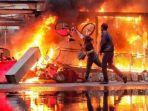 ilustrasi-pengunjuk-rasa-membakar-halte-transjakarta-081020.jpg