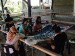ilustrasi-peserta-pelatihan-mengikuti-latihan-melukis-motif-batik-di-desa-putat.jpg