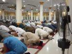 jemaah-masjid-agung-istiqomah-melaksanakan-salat-tarawih.jpg