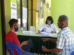 orang-tua-peserta-didik-sedang-konsultasi-terkait-pendaftaran-ppdb.jpg