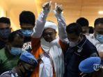 pemimpin-fpi-muhammad-rizieq-shihab-mengenakan-baju-tahanan.jpg