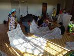 peserta-yang-merupakan-ibu-ibu-mengikuti-pelatihan-batik-di-desa-putat-241120.jpg