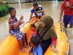 petugas-bpbd-bulungan-mengevakuasi-warga-terkena-banjir-di-kecamatan-tanjung-palas-timur.jpg