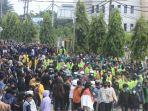 ribuan-demonstran-yang-tergabung-dari-mahasiswa-dan-buruh-091020.jpg