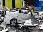 satu-unit-mobil-rusak-berat-akibat-tertimpa-reruntuhan-saat-gempa-di-sulbar-1612021.jpg
