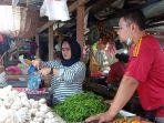 seorang-pedagang-di-pasar-gusher-tarakan-1212021.jpg