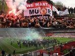 suporter-manchester-united-yang-mengamuk-jelang-pertandingan-melawan-liverpool.jpg